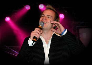 Wenn Andreas Perk, die Bühnen betritt , dann ist er immer mit Herz und Leidenschaft bei der Musik.