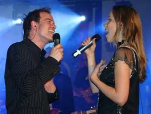 Andreas gilt im Rockorchester als beliebter professionell arbeitender Sänger, hier im Duett zusammen mit Julie. © Foto: Dieter Debo